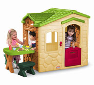 Casa con mesa picnic